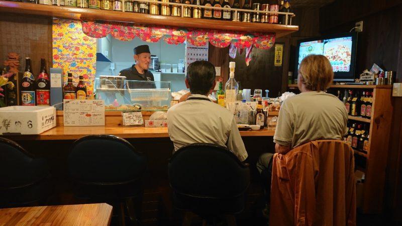 沖縄市高原酒と肴ゆいまぁーるのカウンター