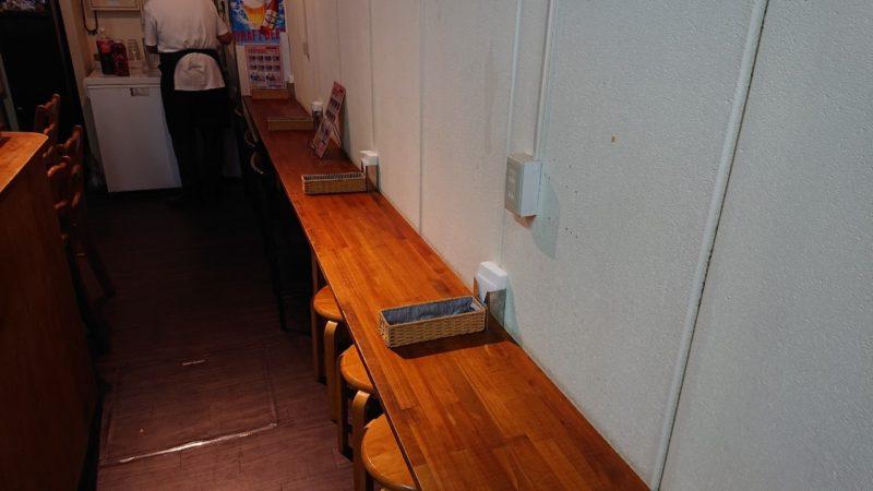 沖縄市上地コザミュージックタウンのパールさん家のカリー&ナンのカウンター席