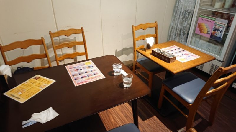 沖縄市上地コザミュージックタウンのパールさん家のカリー&ナンのテーブル席