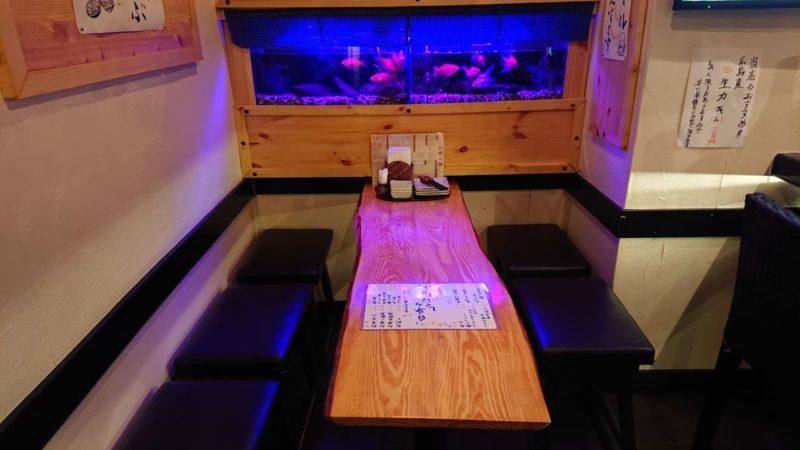 沖縄市上地中の町魚幸(うおさち)のテーブル席