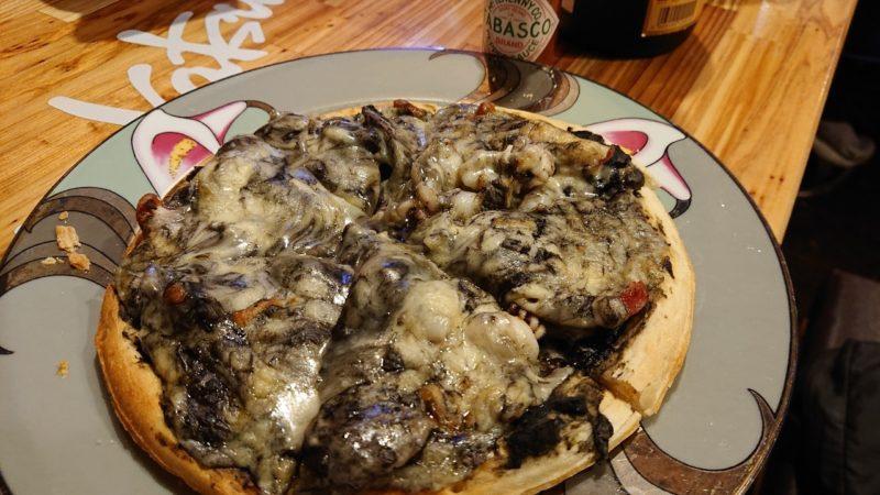 沖縄市高原酒と肴ゆいまぁーるのイカスミピザ