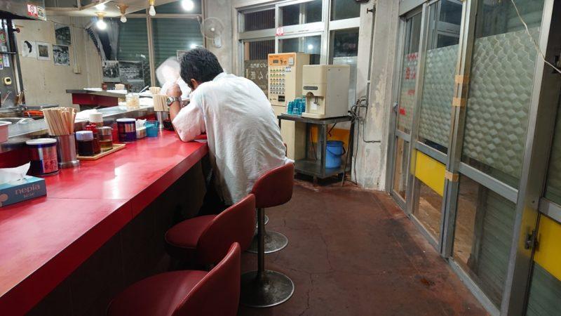めん匠沖縄市中の町上地の店内カウンター