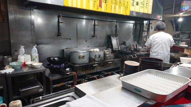 めん匠沖縄市中の町上地の調理風景