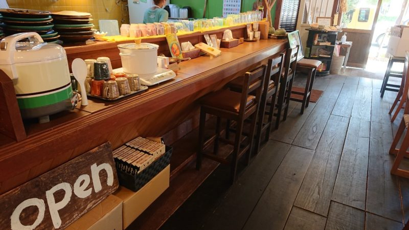 沖縄黒糖カレーあじとや沖縄市泡瀬のカウンター