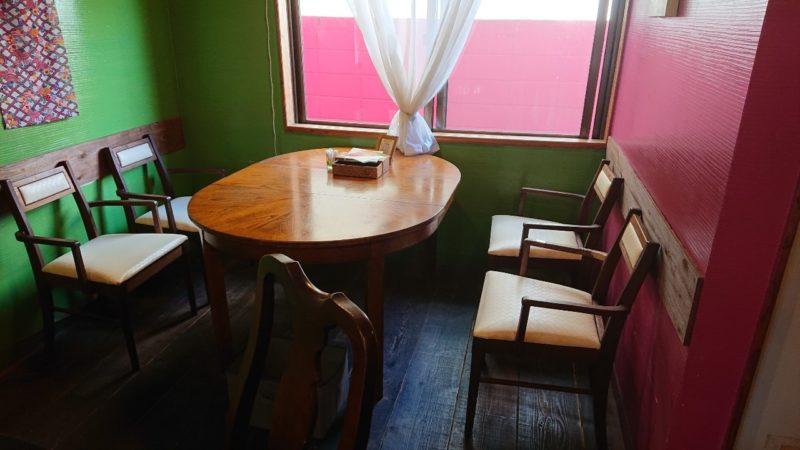 沖縄黒糖カレーあじとや沖縄市泡瀬のテーブル席