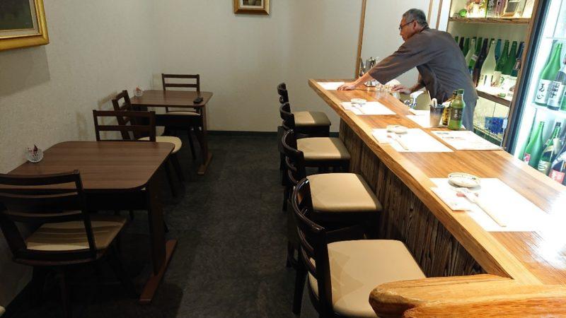 日本酒バー越佐(えっさ)沖縄市中央の店内