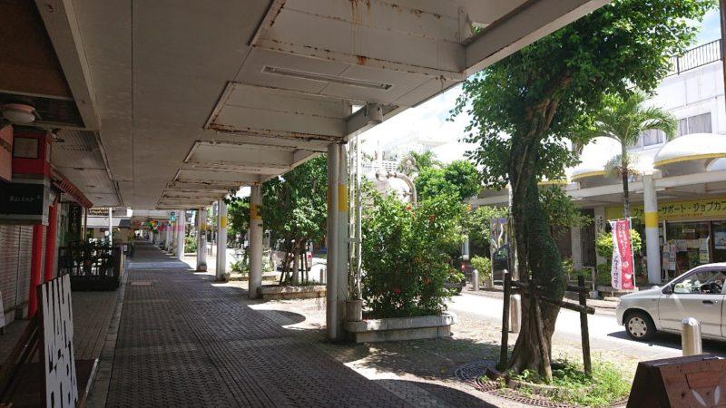 まぜ麺マホロバコザ沖縄市中央の通り