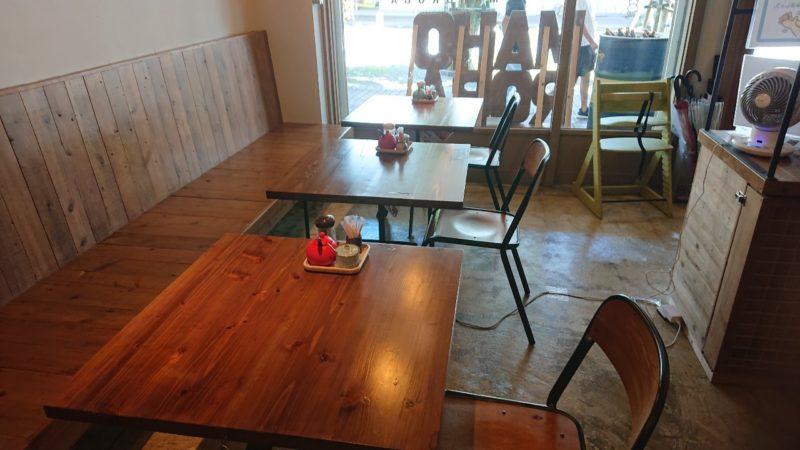 まぜ麺マホロバコザ沖縄市中央のテーブル席