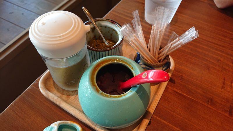 まぜ麺マホロバコザ沖縄市中央の卓上調味料