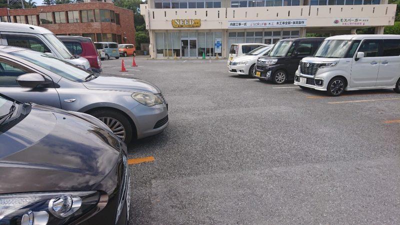 沖縄市知花つけ麺ジンベエの駐車場