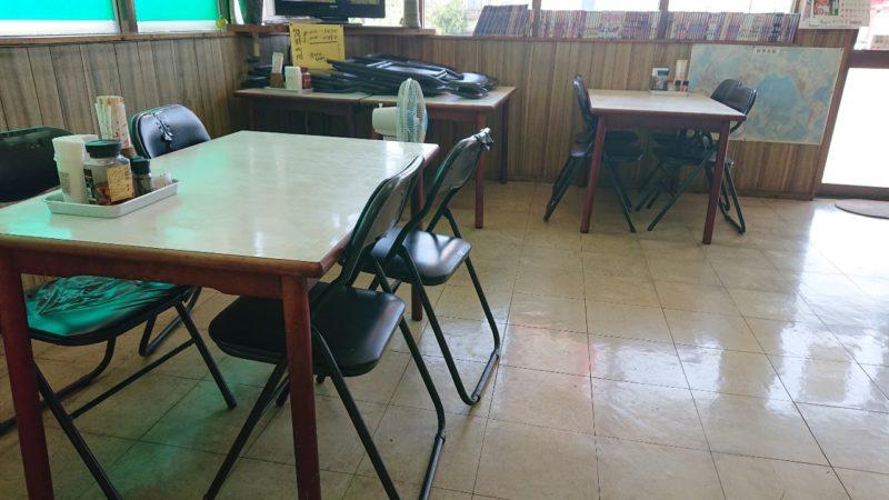 たかみ食堂沖縄市大里のテーブル席