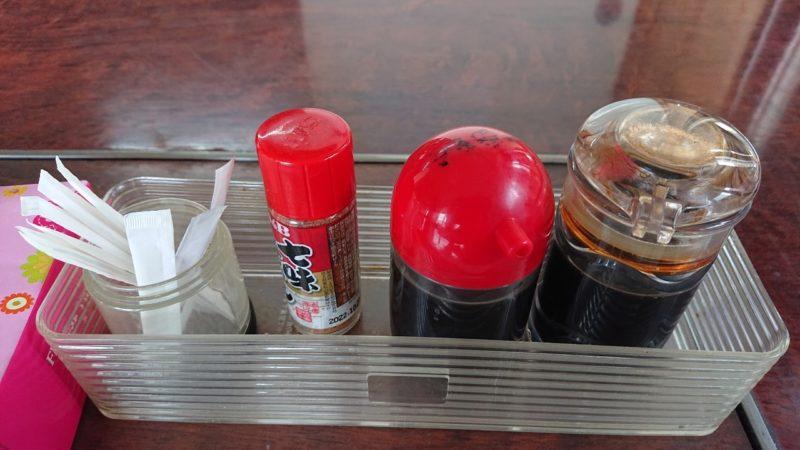 巨鍋食堂沖縄市南桃原の卓上調味料