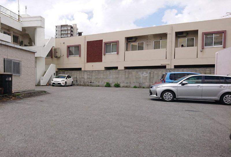 ペリペリチキンOKINAWA沖縄市美原の駐車場