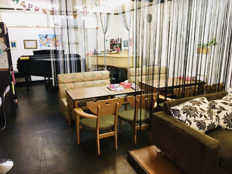 カフェLoungeぐれいす沖縄市胡屋のピアノ