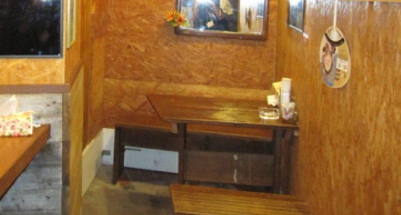 かみさん沖縄市銀天街の店内テーブル席