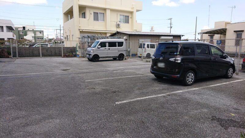 カフェマカナレイ沖縄市泡瀬の駐車場