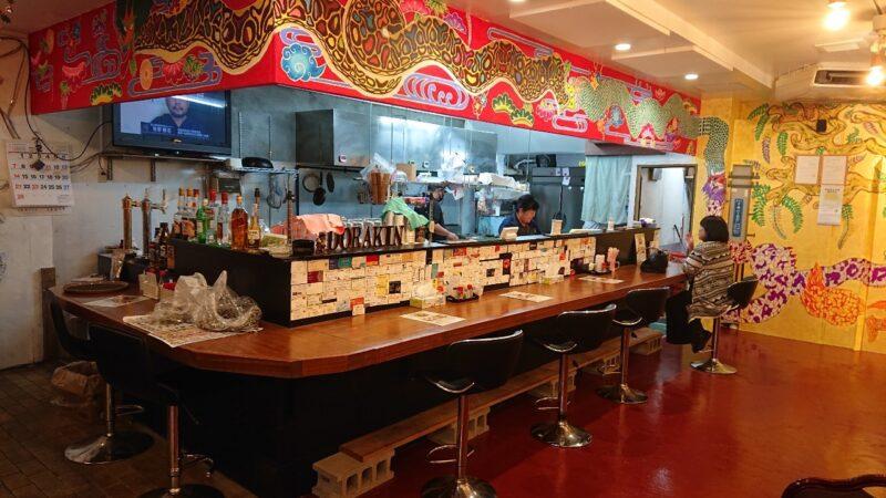 あご出汁らーめん樽斗(たると)沖縄市中央パルミラ通りの店内カウンター
