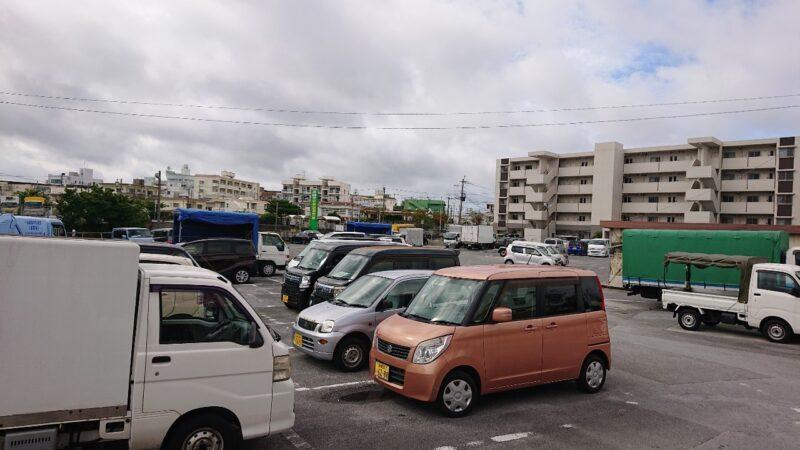 おかあさん中部農連市場沖縄市住吉の駐車場