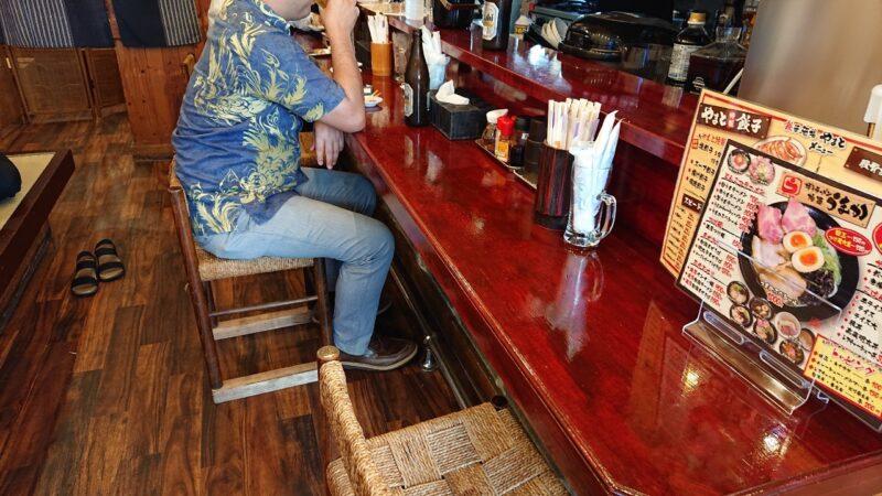 餃子酒場やまと×博多ラーメン極麺うまか沖縄市上地のカウンター