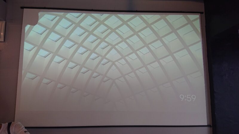カフェBYS(バイス)沖縄市仲宗根町の大型スクリーン